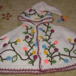 düğmeli sarmaşıklı çiçek nakışlı örgü kız çocuk panço örneği