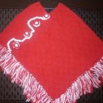 kırmızı beyaz renkli saçaklı selanik örgüsü kız çocuk panço modeli