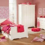 kırmızı nevresimli beyaz renkli klasik kız çocuk odası modelleri