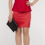 peplum elbise kırmızı saten etekli üstü güpürlü geniş yakalı ve askılı belden oturtmalı mini etekli şık 2013 adil ışık abiye elbise örneği.