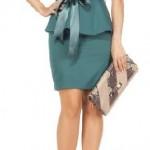 petrol yeşili renkli mini dar etekli üst kısmı katlı peplum kesimli iki parçalı geniş yakalı askılı belindeki kemer aksesuarlı yeni tasarımlı 2013 adil ışık abiye elbise örnekleri.