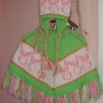 pembe yeşil renkli tavçanlı şapkalı örgü kız çocuk panço modeli örnekleri
