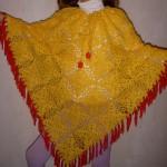 sarı renkli kırmızı saçaklı tığ işi örgü kız çocuk panço modeli örnekleri