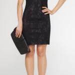 siyah renkli yine kadife güpür kabartmalı kolsuz geniş yakalı askılı diz üstü etek boylu adil ışık abiye elbise tasarımı.